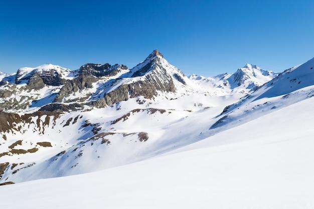 Picos de montanhas majestosas no inverno nos alpes