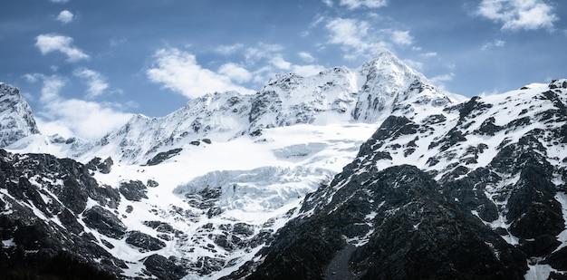 Picos de montanhas nevadas e geleiras em um parque nacional ensolarado de aoraki mount cook na nova zelândia