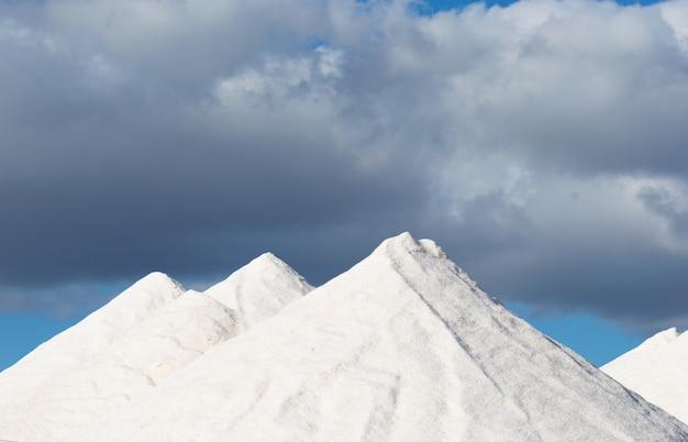 Picos de montanhas nevadas em um dia nublado