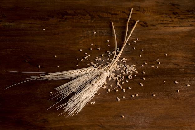 Picos de trigo dourado na madeira