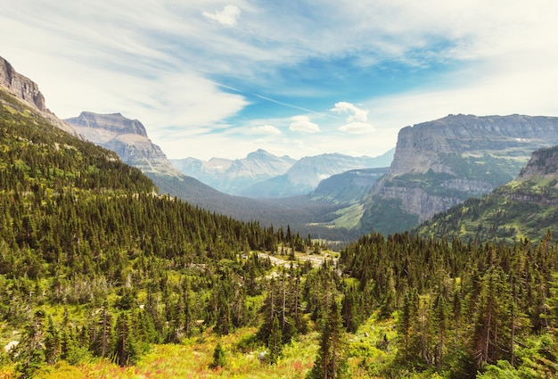 Picos rochosos pitorescos do parque nacional glacier, montana, eua