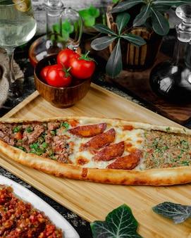 Pide misturado com linguiça, queijo e carne