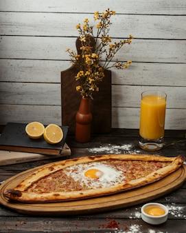 Pide turco com carne moída, guarnecido com ovo frito