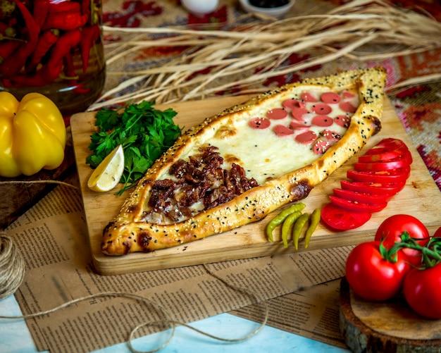 Pide turco com salsicha de carne e queijo