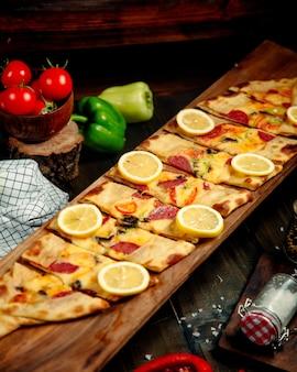 Pide turco com salsicha em cima da mesa