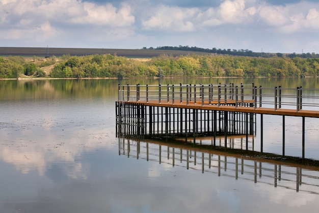 Píer moderno no rio