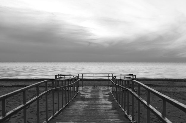 Píer na baía em preto e branco