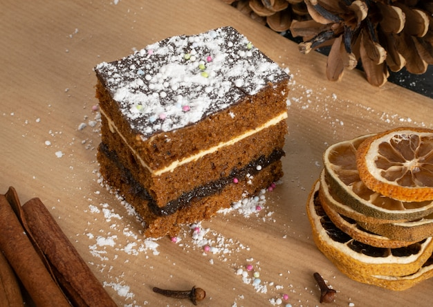 Piernik, pryanik ou pão de ló do deserto de natal tradicional polonês com especiarias. pedaço retangular de torta de cacau marrom, pão de gengibre ou biscoito em camadas