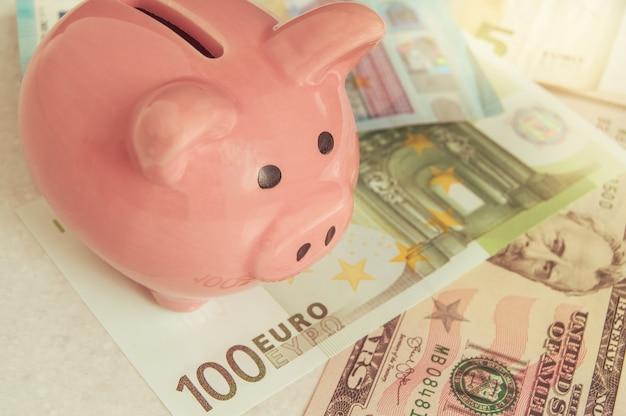 Pig bank nas notas de euro, um símbolo de poupança e poupança finanças, investimento competente