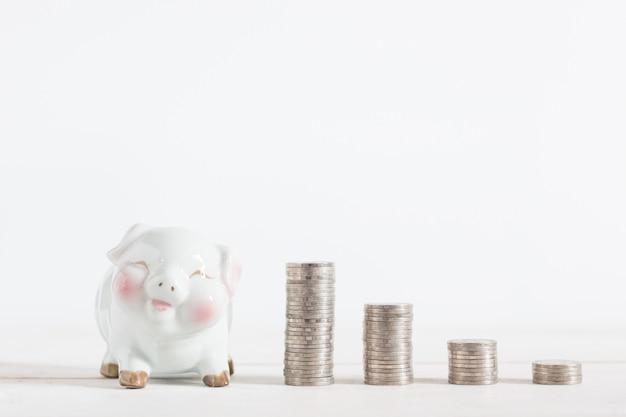 Piggybank bonito com dinheiro moedas torre, copyspace,