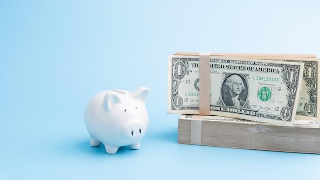 Piggybank e pilha de notas de dólar