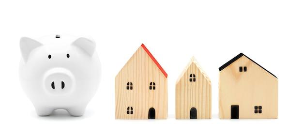 Piggybank para economia de casa isolado no branco plano de hipoteca de habitação e economia de imposto residencial