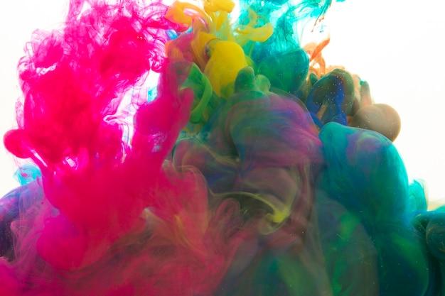 Pigmentos brilhantes misturados na água
