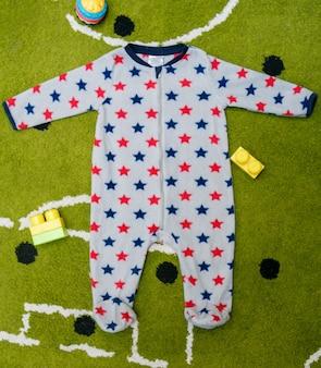 Pijama cinza bebê manchado com estrelas vermelhas e azuis