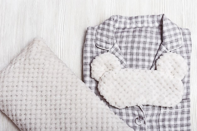 Pijama cinza, fofa máscara de dormir e travesseiro macio.