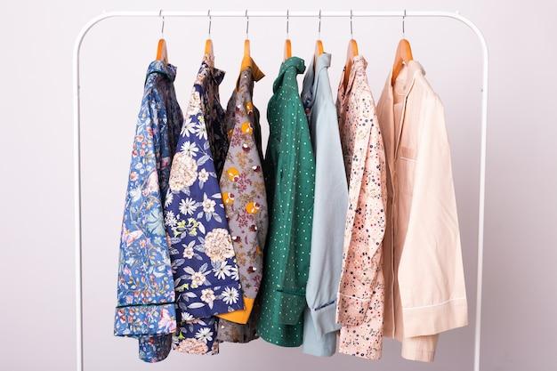 Pijama feminino em cabides em loja de roupas