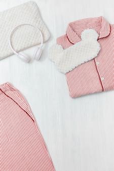 Pijama rosa, máscara para dormir, fones de ouvido e almofada macia