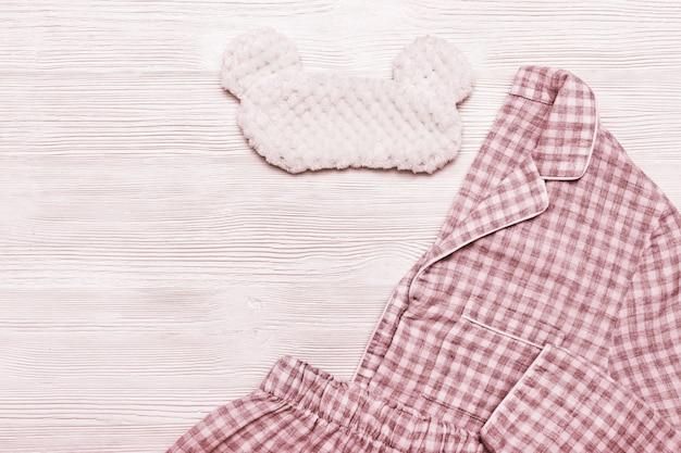 Pijama, roupa de dormir e máscara de olho