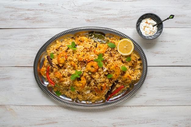 Pilaf com camarão. biryani saboroso e delicioso de camarão