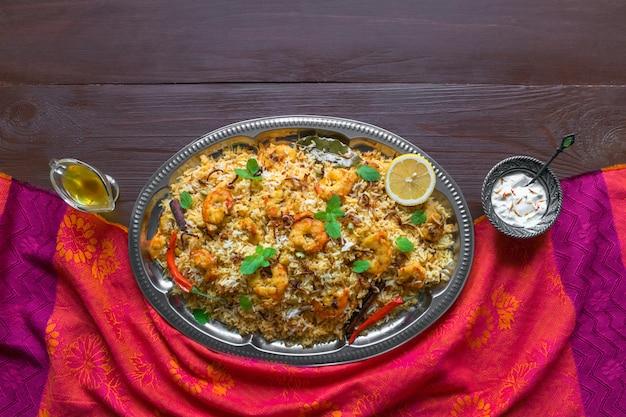 Pilaf com camarão. camarões saborosos e deliciosos biryani, vista superior, copie o espaço