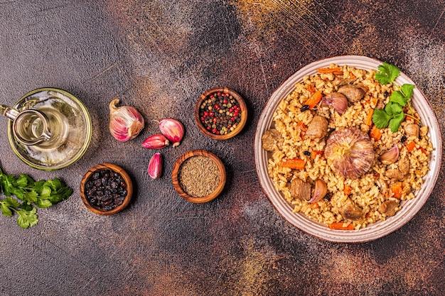 Pilaf com carne, legumes e especiarias, vista superior.