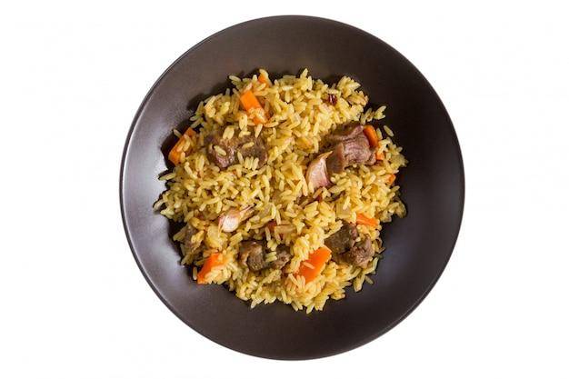 Pilaf com cordeiro, cenoura, cebola, alho, pimenta e bérberis. um prato tradicional da culinária asiática.