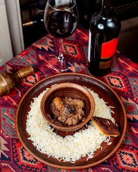 Pilaf de arroz com sincan e copo de vinho tinto