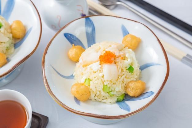 Pilaf de camarão e caranguejo em tigela branca