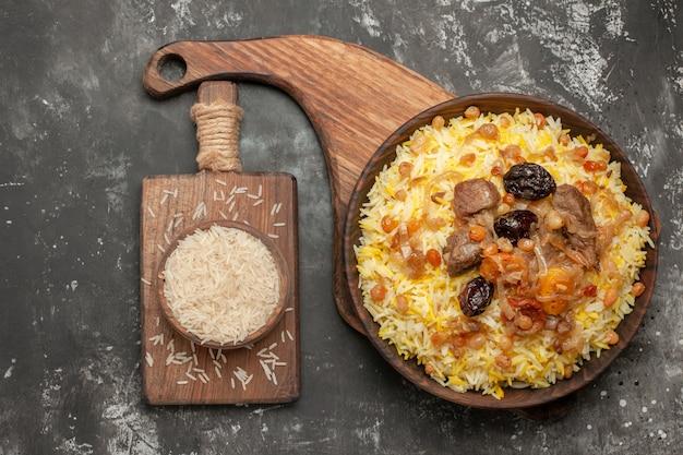 Pilaf de cima em close-up, um pilaf apetitoso na tábua tigela de arroz na tábua de corte