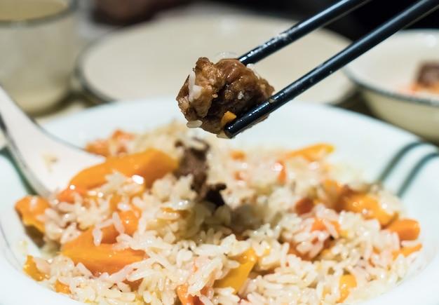 Pilaf de mão de comida tradicional em xinjiang, china