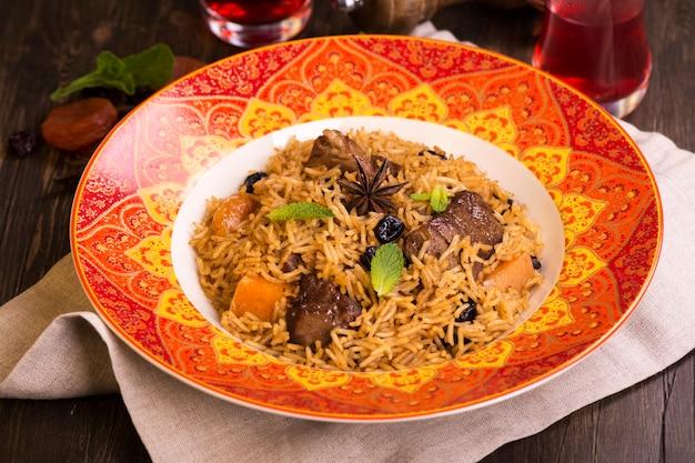Pilaf em um prato colorido