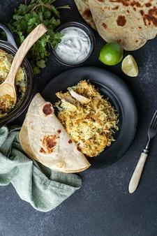 Pilaf indiano de frango biryani, com pão achatado