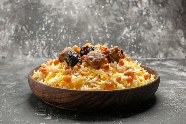 Pilaf lateral de close-up, um pilaf apetitoso com carne de arroz e frutas secas