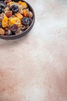 Pilaf lateral de close-up, um pilaf apetitoso com frutas secas na mesa