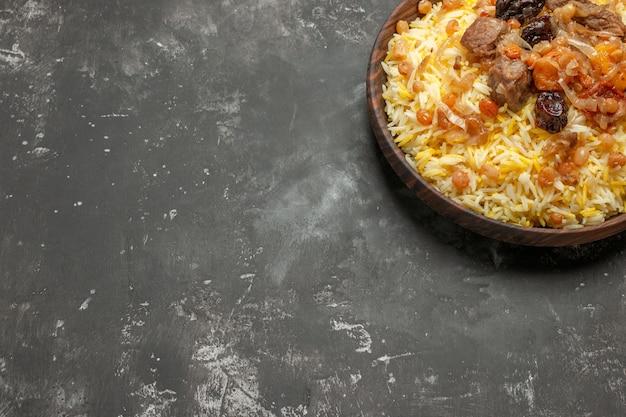 Pilaf tigela de madeira de um apetitoso arroz com carne na mesa