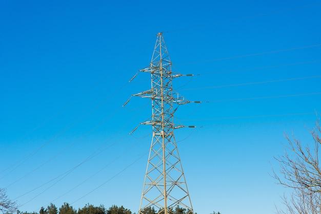 Pilão e linha de transmissão de energia no pôr do sol, indústria