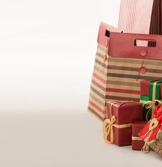 Pilar de caixas com presentes envoltos em papel vermelho no fundo branco
