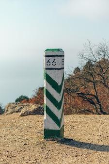 Pilar de concreto marcando no topo da montanha