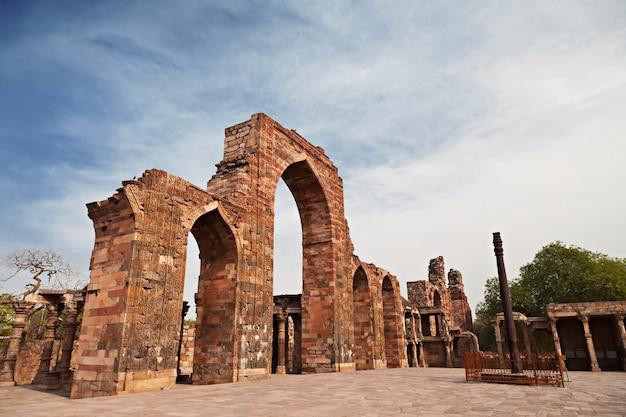 Pilar de ferro na paisagem de delhi