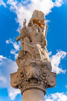 Pilar perto da igreja de são carlos borromeu em pancevo, sérvia