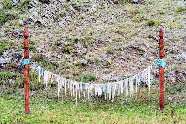 Pilares com fitas rituais kiyir. local de culto pagão nas montanhas altai