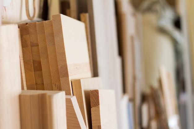 Pilares de madeira e tábuas grossas na oficina de móveis estão prontos para trabalhar marceneiro