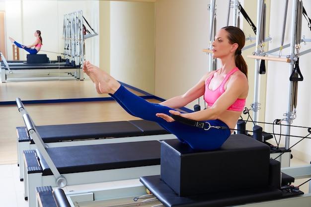 Pilates reformer mulher short box teaser exercise