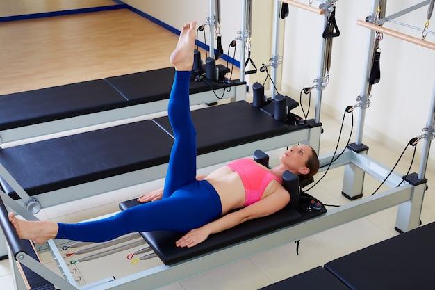 Pilates reformista mulher pé trabalho exercício