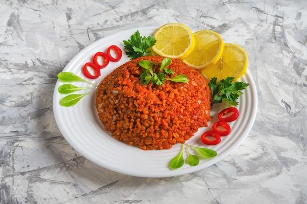 Pilau de trigo de bulgur com grão de bico e legumes.