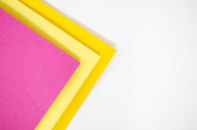 Pilha colorida de formas e linhas geométricas mínimas