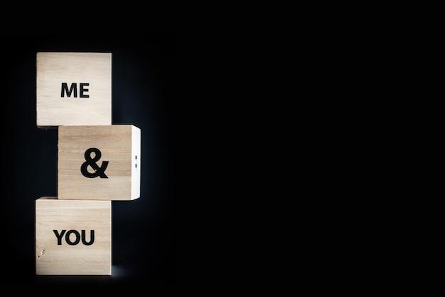 Pilha com três cubos de madeira - eu e você