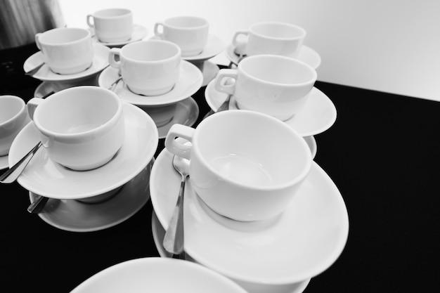Pilha compilada de copos de chá branco.