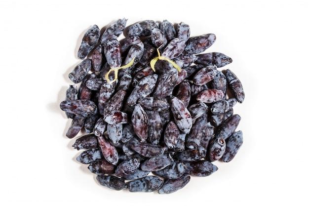 Pilha da madressilva azul (caerulea do lonicera) ou da baga de haskap isolada no fundo branco.