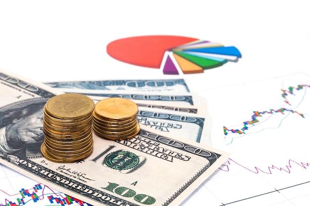 Pilha das moedas no conceito da carta de negócio.